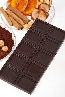 Cioccolato con polvere di cacao, cannella e arancia essiccata.