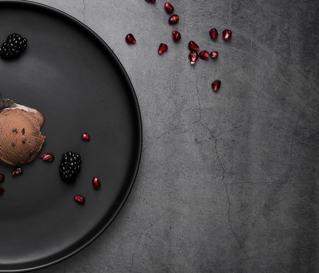 Cioccolato del gelato del primo piano sul piatto