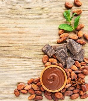 Cioccolato e fagioli di cacao in polvere