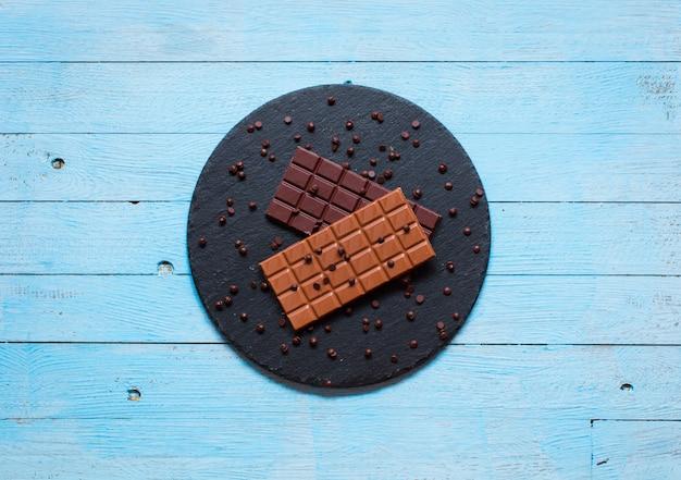 Cioccolato fondente e cioccolato al latte, con peperoncini piccanti, spazio libero per il testo