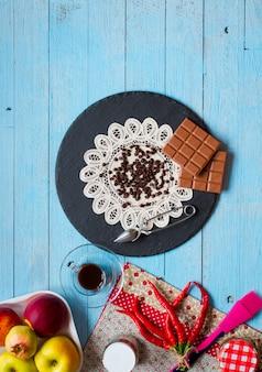 Cioccolato fondente e cioccolato al latte con peperoncini roventi spazio libero per il testo