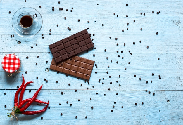 Cioccolato fondente e cioccolato al latte, con peperoncino rosso piccante,