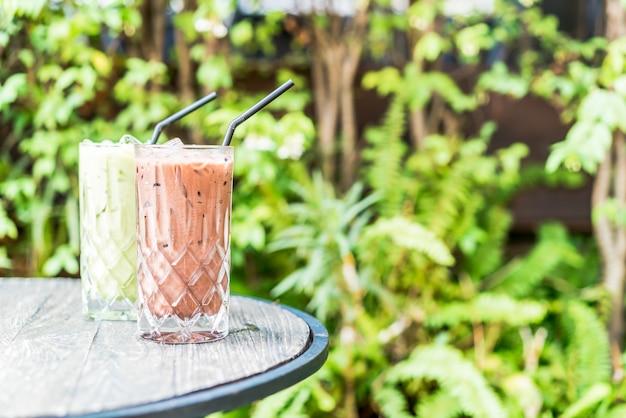 Cioccolato freddo e bicchiere di tè verde matcha sul tavolo