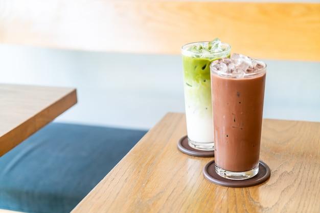 Cioccolato freddo e tè verde matche ghiacciato sulla tavola di legno