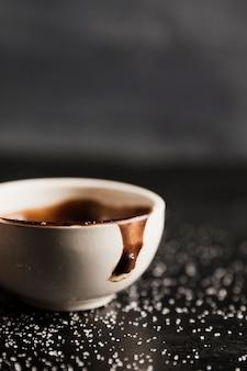 Cioccolato fuso in primo piano dello zucchero e della tazza