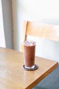 Cioccolato ghiacciato sul tavolo di legno