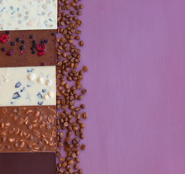 Cioccolato su violetta con chicchi di caffè. cioccolato. barretta di cioccolato. cioccolato alle noci