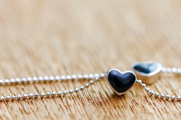 Ciondolo medaglione a forma di cuore con diamante nero e collana