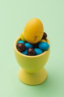 Ciotola ad alto angolo con raccolta di uova