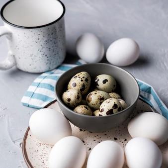 Ciotola ad alto angolo con uova di quaglia