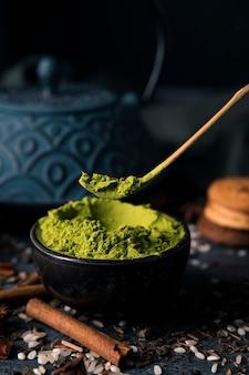 Ciotola ad alto angolo con verde asiatico matcha