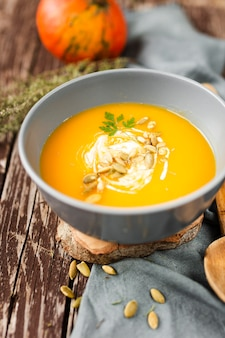 Ciotola ad alto angolo di deliziosa zuppa di crema
