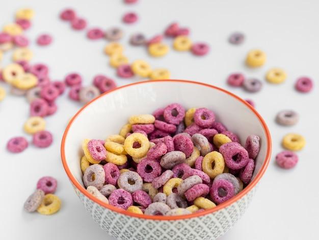 Ciotola alta vista di cereali dolci