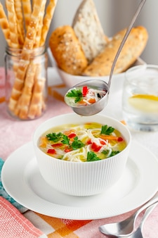 Ciotola bianca con zuppa di pollo fresca fatta in casa