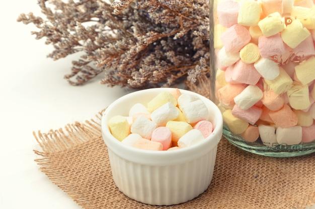 Ciotola bianca di marshmallow colorati