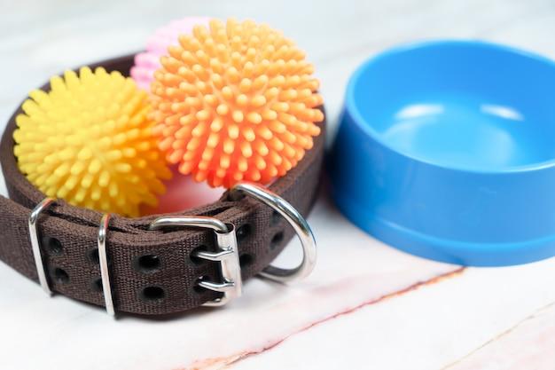 Ciotola, collare e giocattolo per cani. concetto di accessori per animali domestici.