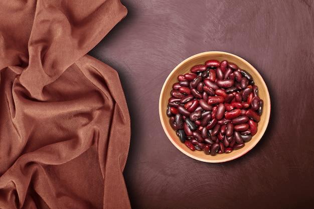 Ciotola con fagioli rossi nel buio