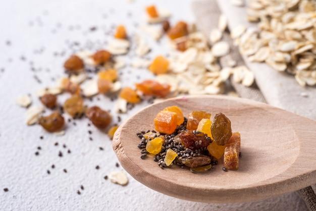 Ciotola con farina d'avena utile. il concetto di cottura della farina d'avena. cibo salutare. dieta