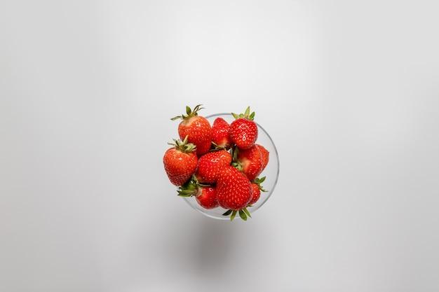 Ciotola con fragole fresche su un bianco¡