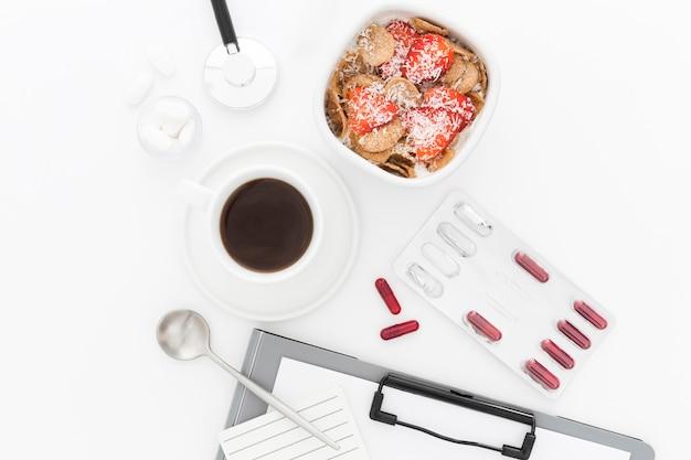 Ciotola con frutta per colazione e attrezzi