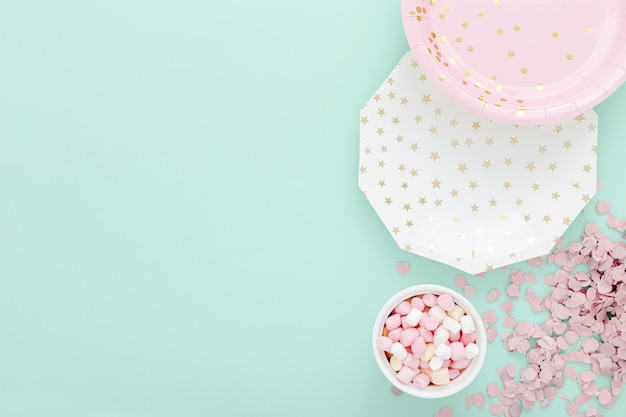 Ciotola con gelatine accanto a piatti con copia-spazio