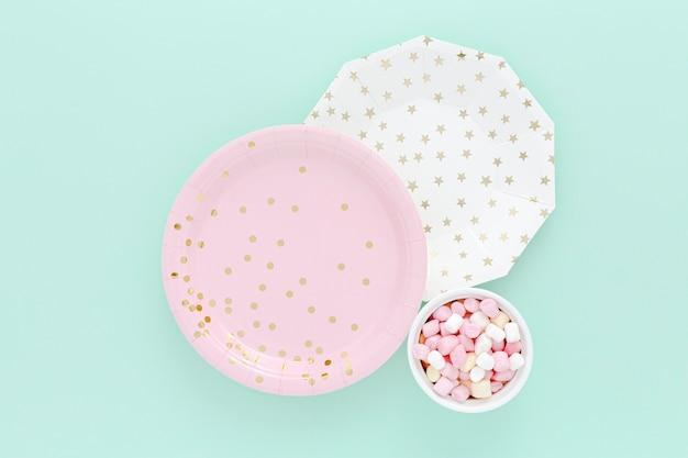 Ciotola con gelatine accanto a piatti