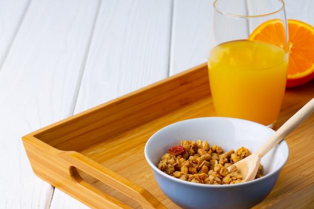 Ciotola con granola sulla fine di legno della tavola su