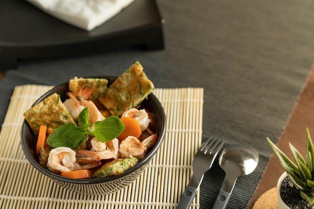Ciotola con insalata di mare sul tavolo