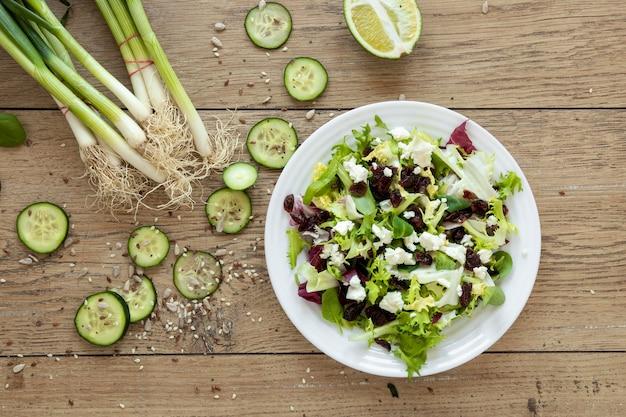 Ciotola con insalata di verdure sul tavolo