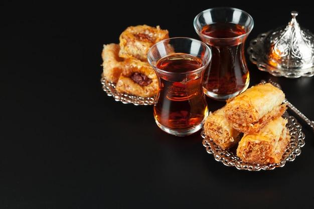 Ciotola con pezzi di lokum delizia turca e tè nero