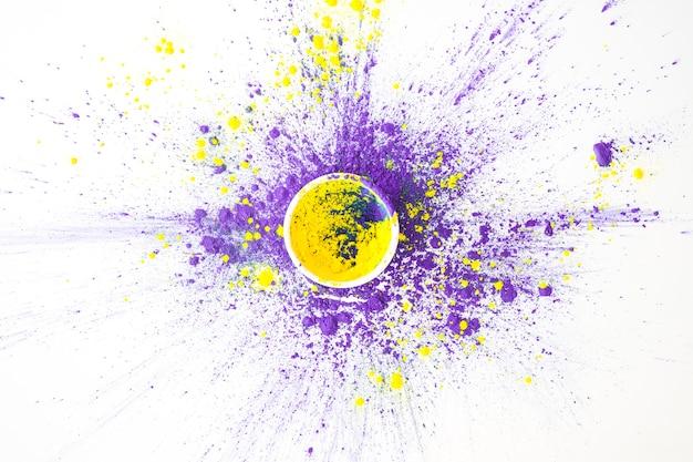 Ciotola con polvere gialla sul tavolo bianco
