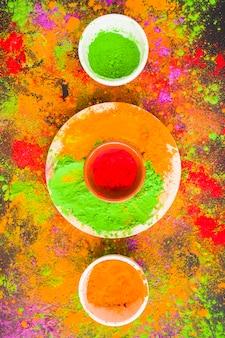 Ciotola con polvere rossa sul piatto