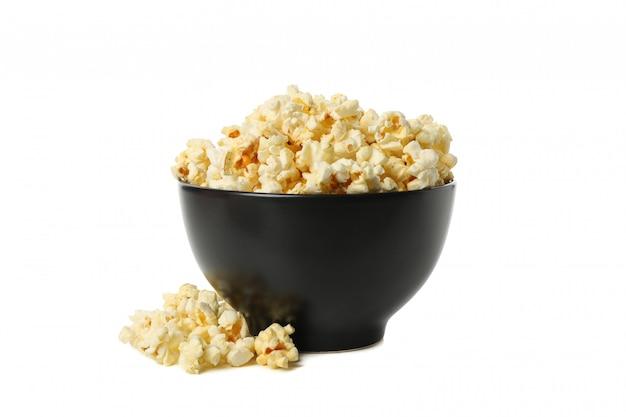 Ciotola con popcorn gustoso isolato su spazio bianco