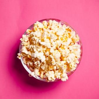 Ciotola con popcorn sul rosso