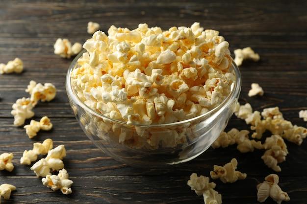 Ciotola con popcorn sul tavolo di legno. cibo per guardare il cinema