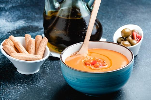 Ciotola con salmorejo, una tipica zuppa di pomodoro spagnola simile al gazpacho