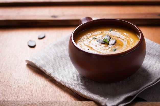 Ciotola con una deliziosa zuppa di zucca