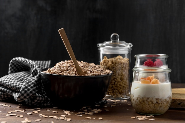 Ciotola con yougurt con cereali muesli sul tavolo