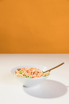 Ciotola copia-spazio con cereali e latte