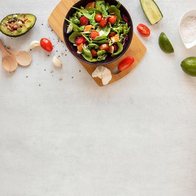 Ciotola copia-spazio con insalata