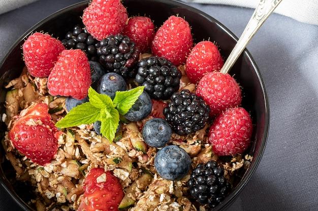 Ciotola da colazione con cereali e frutti di bosco