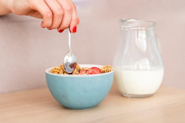 Ciotola del primo piano di cereali per la prima colazione