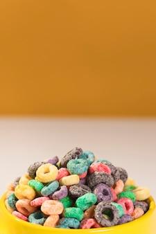 Ciotola del primo piano in pieno con i cereali sulla tavola