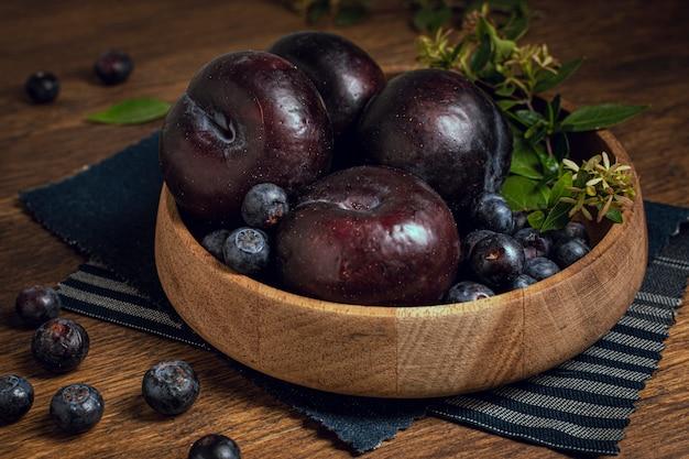 Ciotola del primo piano in pieno di frutta della prugna