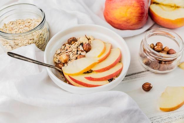 Ciotola deliziosa della prima colazione del primo piano con la mela