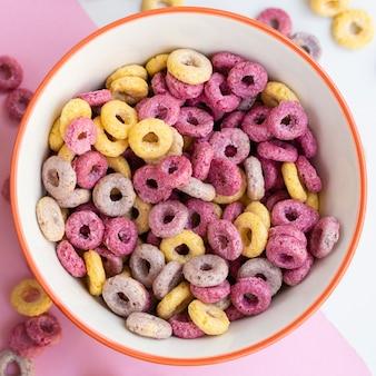 Ciotola deliziosa di vista superiore del primo piano di anelli del cereale della frutta