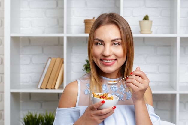 Ciotola della holding della donna di cereale e granola
