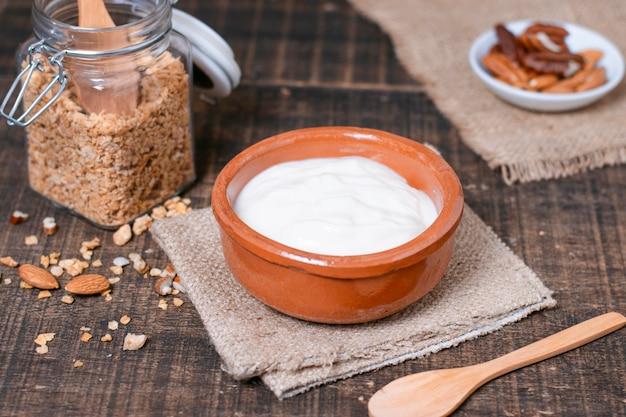 Ciotola della prima colazione del primo piano con yogurt sulla tavola