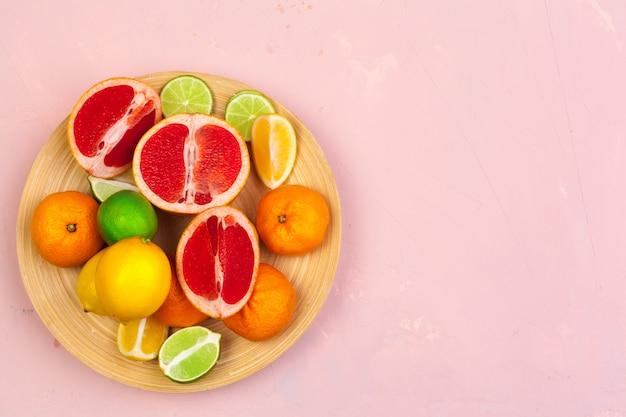 Ciotola di agrumi su sfondo di colore luminoso