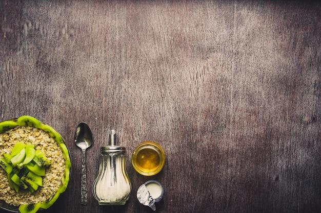 Ciotola di avena muesli, frutta fresca e miele vista dall'alto